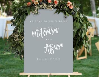 新郎新婦の名前がカリグラフィーでデザインされたウェルカムボードは、大人っぽいくすみグレーがポイント。そのまま飾っても、フレームや花、植物などで装飾しても◎。