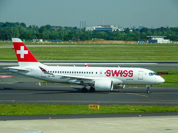 """なんと可愛いデサイン!と飛行機の塗装を見て感動される方も多いはず、スイスインターナショナルエアラインズ(Swiss International Air Lines)は、通称""""スイス(SWISS)""""として親しまれています。赤いビビットカラーが印象的ですね。"""