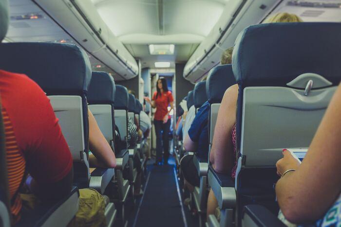 折角の旅行だからこそ、素敵な航空会社で機内での時間を快適に過ごしたいですよね。飛行機が好きな方にはもちろん、そうでない方も旅行の際は、空港で飛行機を見るだけでワクワクした気持ちになる方も多いのではないでしょうか?飛行機の機体に描かれたデザイン、内装、アメニティを楽しんだり、客室乗務員の方の接客や機内食など、飛行機に乗ると多くの楽しみが待っています♪