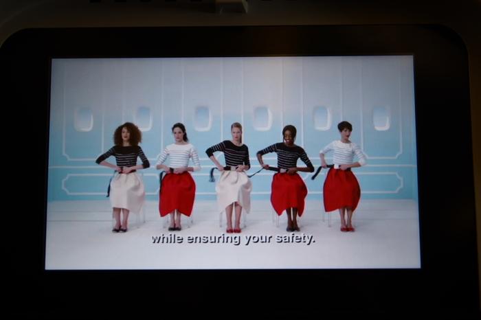 かわいくておしゃれすぎる機内の安全に関するビデオ。さすがファッションの国、フランスです。一歩機内に入ると耳に入るフランス語に、もうすでにフランスを訪れたかのような錯覚にさえ陥ります。おしゃれでお上品な航空会社で旅をしませんか?