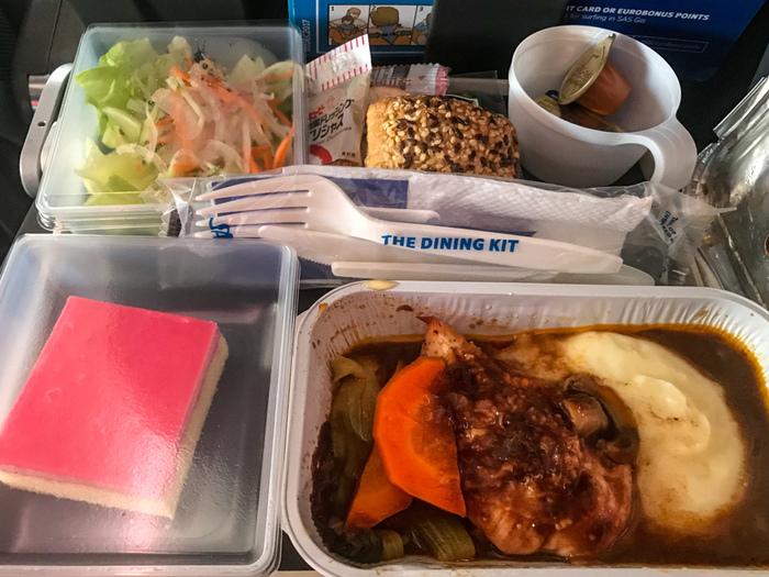 機内食も好評♪ボリューミーかつ、種類も豊富なので機内食マニアにはたまりませんね。飛行機に乗っている!という実感が湧いてきますね。