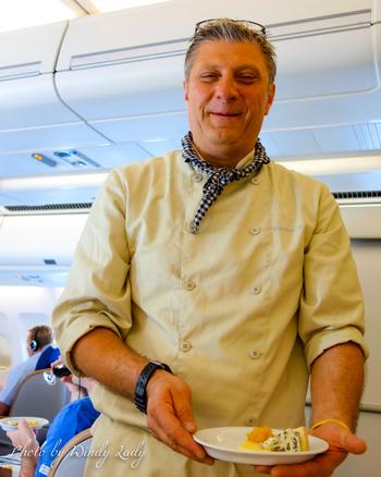 客室乗務員の方も気さくで優しい方ばかり。男性の乗務員も多く、男女平等の国といわれる北欧ならでは。ビジネスクラス、エコノミークラスに関わらず、北欧好きの方なら、機内サービスや雰囲気にご満足いただけるはず。
