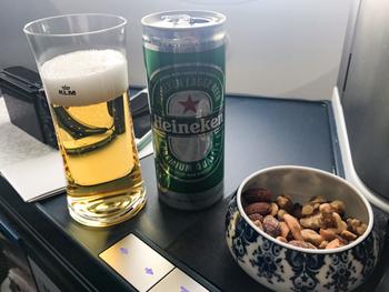 そして、オランダといえばハイネケン(Heineken)ビールを楽しみにされている方も多いはず。機内でナッツと一緒にいかがですか?