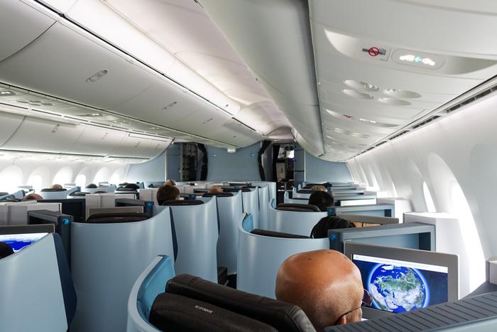 スタイリッシュで上品感の漂う機内インテリアは、まさに「KLM ロイヤルダッチエアライン」という英語名そのもの。ゆったりと寛ぐことのできる空間を提供しています。