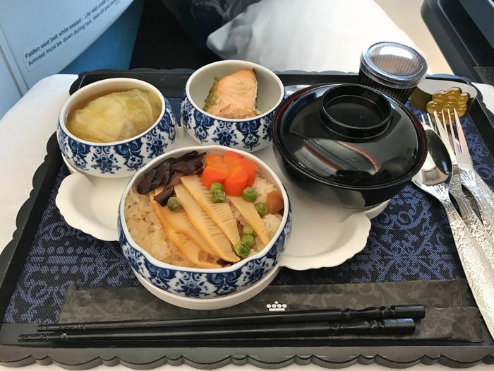 日本線で提供されている、ビジネスクラスのお食事は実はとってもボリューミー&美味しいと好評です♪まるでどこかの旅館に来たかのような本格的な日本食をご堪能いただけますよ。