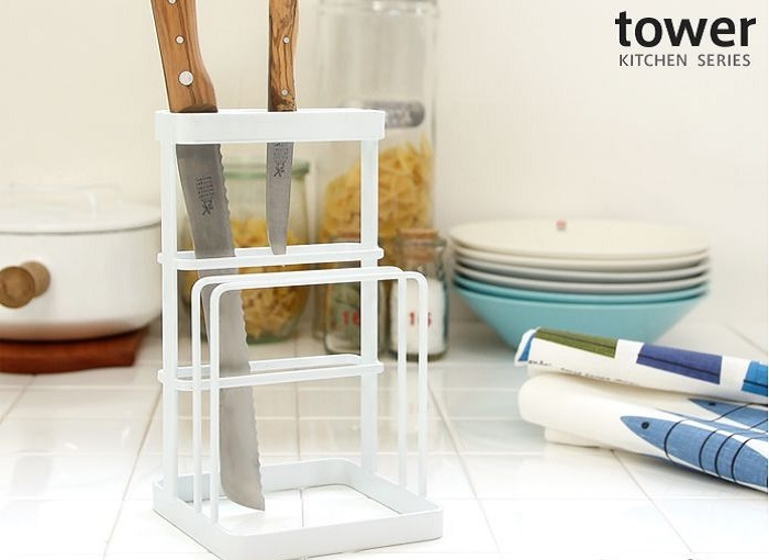 包丁だけでなく、まな板も乾燥できる一石二鳥のスタンド『タワー』。手持ちの包丁が少ない方は、このまま定位置としても。