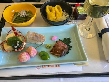 機内食の評判も良く、特に日本発の便であれば美味しい日本料理がお楽しみいただけます。「これから日本を離れるから、しばらく日本食が恋しくなりそう」とお考えの方には、是非おすすめですよ。