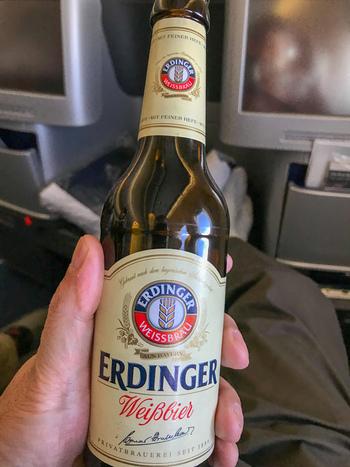 ドイツといえば、やはりビール!機内でドイツの定番ビールがお楽しみいただけますよ♪ルフトハンザの機内で楽しむビールとおつまみの組み合わせは、もう最高です。