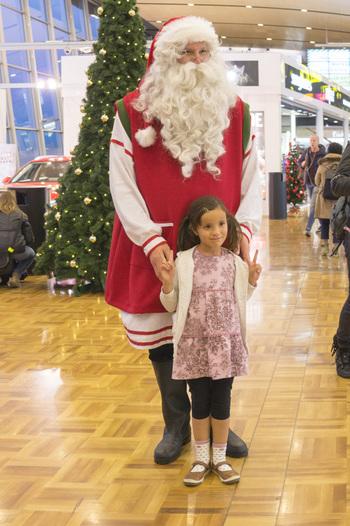 ヘルシンキ・ヴァンター国際空港ではクリスマスの時期になると、サンタクロースと出会えるチャンスも♪さすが、サンタクロースの国、フィンランドならではですね!