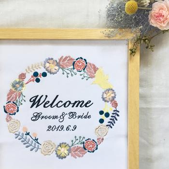 花や鳥、葉っぱなどのモチーフでできたリースに、ふたりの名前を囲む形でデザインされたもの。刺繍のウェルカムボードは、おしゃれ感と共に温かみも感じられるのが魅力的ですね。