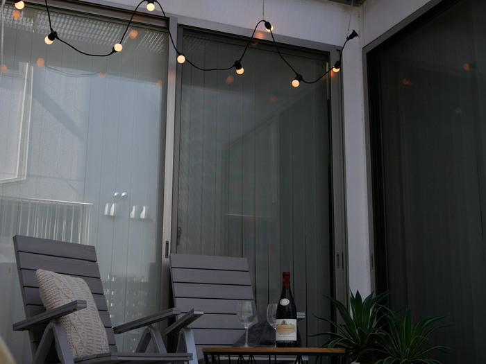 ベランダでアウトドア気分を楽しむベランピングは、夜にはまた違った雰囲気を味わうことができます。イルミネーションライトでさりげなく飾りつけても素敵。LEDライトは虫が集まらないので、外でも安心して使えますよ。