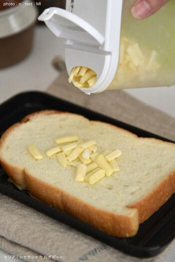 冷凍すると固まりやすいチーズがパラパラ出てくるのは、ポットの中にあるグリーン色の棒付きすのこにあります。  振ると振動ですのこが動き、中身をバラけさせてくれるのだそう。  中身がドバっと出ないちょうどよい口のサイズ、いろいろな食材で試してみたくなりますね。