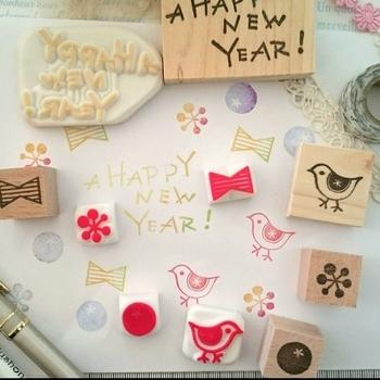 今回は来年の年賀状にきっと活躍してくれるおしゃれなスタンプ、そして年賀状を手作りできるスタンプを使ったおしゃれなデザインアイディアをご紹介します♪