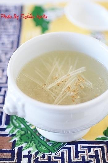 鶏がらスープに、生姜とすりおろした大根を入れて作るスープ。あったかくて胃腸にも優しく、風邪予防にもなるいたわりレシピです。すりおろし大根のおかげで、ポタージュのようなトロッと食感に。朝の身体に染み渡りそうですね。