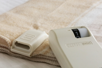 最近の電気毛布はお家で洗濯ができるタイプもあるので、それらの毛布は取扱説明書に従って洗濯をします。洗濯ができる表示がない場合はお家で洗うのは避けたり、メーカーに問い合わせたりした方が良いでしょう。