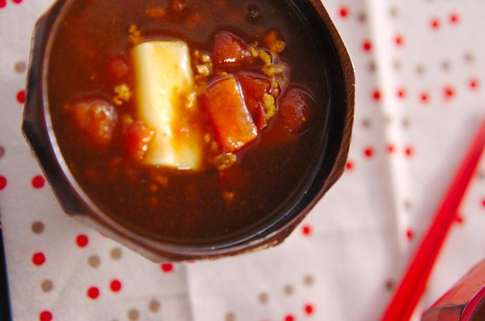 めんつゆベースで作るひき肉入りの和風なカレー雑煮です。トマトの酸味と相まって、病みつきのおいしさ。お餅以外にもお蕎麦やうどんでも楽しめます。