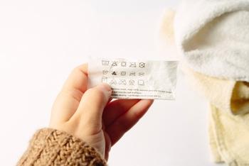 洗剤を選ぶ場合は、毛布についている洗濯表示をあらかじめチェックすると良いでしょう。洗濯表示に「中性」とあれば、中性洗剤を使用します。