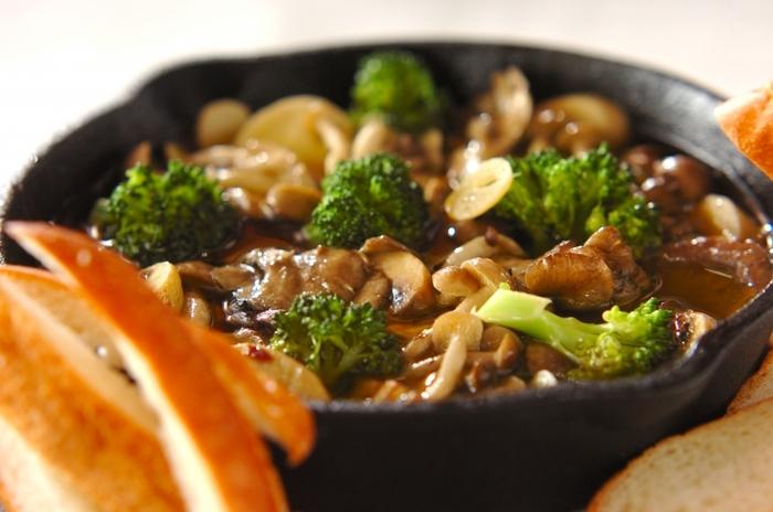 マッシュルーム・シメジ・マイタケ・エリンギの食感の違いや香りが楽しめるアヒージョ。アンチョビでさらに風味豊かに。ビタミン、ミネラル、食物繊維が豊富なキノコがいっぱい摂れる、身体にも嬉しいレシピ。