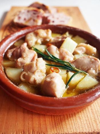 ローズマリーの香りをまとったやわらかチキンとカリホクのポテトが美味しいアヒージョ。ゴロゴロとした具材は食べ応えも抜群です。