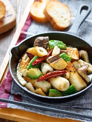 エリンギとアボカド、ちくわが入ったアヒージョ。エリンギの旨味とちくわの塩気、濃厚なアボカドが楽しめます。ササっと作れるのも嬉しいですね。