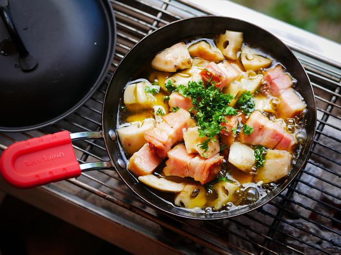 ボリュームのあるベーコンブロックとサクっホクっの食感が楽しいレンコンのアヒージョ。オリーブオイルとにんにく、アンチョビフィレで風味豊かなバルの味わいです。残ったら茹でたペンネと和えるのも◎。