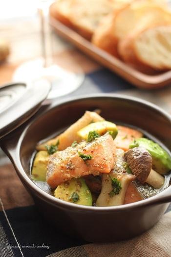 甘口の塩鮭を使ったしっかりとした味わいのアヒージョ。肉厚のエリンギとまろやかなアボカドの食感も楽しめます。鮭のアスタキサンチンとアボカドのビタミンEで美容にも嬉しい一品です。