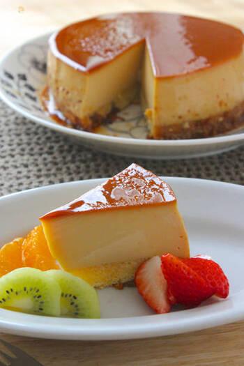 かためプリンを作りたい時レシピを探すなら「プリンケーキ」での検索がおすすめです。ホールケーキの状態で自立できる固さがあるので、土台のケーキ部分を省いたプリン生地をベースにすればかためプリンが作れます。