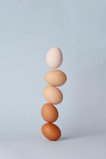 かためプリンの食感を作り出す秘訣は「卵」。加熱すると熱凝固で白身が固くなる働きでプリンの食感が固くなるので、お好みのレシピをベースに白身か全卵を増やすとより食感を固くする事ができます。逆に、ゼラチンなどの凝固剤を使ういわゆるケミカルプリンは柔らかめです。