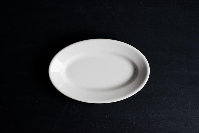 楕円形の「オーバル皿」は、喫茶店などのプリンアラモードと近いバランスで盛り付けやすく、見栄えのいい仕上がりが簡単につくれます。普段使いする場合も、オムレツやパスタなどお皿に乗せるだけでおしゃれな雰囲気が出ます。