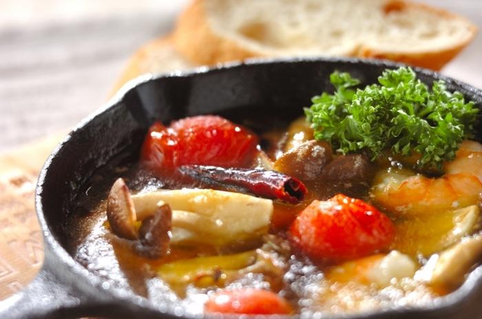 エビ・シメジ・プチトマト・赤唐辛子・ニンニク・オリーブオイルをスキレットに入れて魚焼きグリルで7分ほど焼くだけで完成するアヒージョ。手軽なのでパーティメニューの一品にもぴったりです。