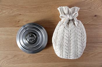 ステンレス製のスタイリッシュな円形の湯たんぽは、新潟で作られている日本製。カバーは綿100%で、ざっくりとした手編み風の質感がかわいらしい。