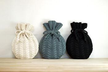白の他に、グレーとブラックもあります。くしゅっとした巾着のようなシルエットもかわいらしく、プレゼントにも喜ばれそう。