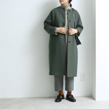 トレンドのグリーン系のくすみカラーのコート。ミドル丈がクロップドパンツと好バランス◎マスタードカラーで足元に遊び心を添えています。