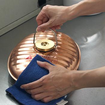 純銅製の湯たんぽは懐かしくレトロな雰囲気。丈夫で長持ちしてくれるから、湯たんぽカバーを着せ替えたりしながら愛用したい。