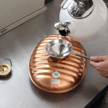湯たんぽにお湯を入れる時、あると便利なのがじょうごです。しかもこんな取っ手が付いたじょうごがあれば、さらに安心。