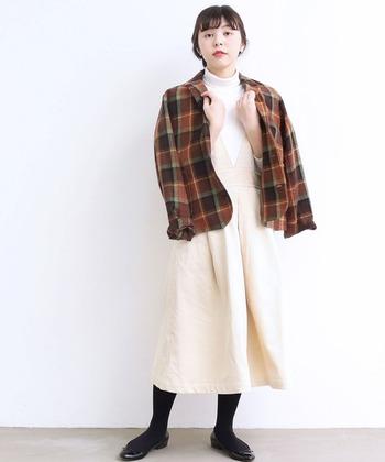 合わせるインナーを変えるだけで、雰囲気がガラリと変わるジャンパースカート。冬コーデではさらに、羽織りもプラスしてさまざまなテイストの着こなしを楽しめます。 ぜひ春から秋にかけて活躍したジャンスカを、寒い季節の着こなしにも取り入れてみてくださいね♪