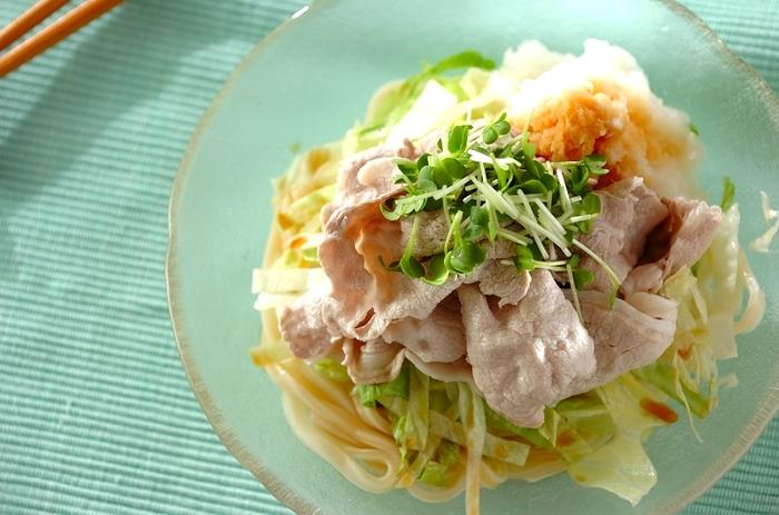 豚肉のしゃぶしゃぶと大根おろしが食欲をそそる、サラダのようなおろし肉しゃぶうどん。野菜も肉もさっぱり美味しくいただけるので、暑い日の夕食におすすめです。