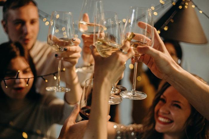 キャンプ場や公園で楽しむアウトドアでは、みんなで楽しむ食事の時間におしゃれな食器を使いたくても、ガラスなどの繊細な素材のものは選びにくいですよね。その点、使い慣れたワイングラスで気兼ねなく乾杯できるのはおうちアウトドアならではの利点です。