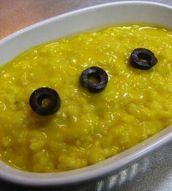お皿の上だけで完成しちゃうリメイクレシピ!かぼちゃスープをお皿に入れて、ご飯と粉チーズを混ぜましょう。電子レンジで温めたら、もう一度混ぜて、塩と黒こしょうで味を整えたらできあがり。オリーブやカリカリベーコンなど、お好みのトッピングを乗せましょう♪