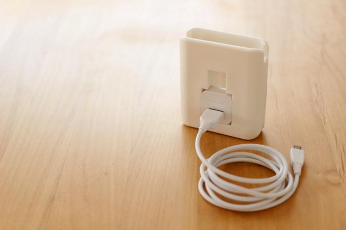 充電器ホルダーはiPhone専用ですが、ダイソーにある「USB充電ACアダプタ」と、スマホ充電用の「USBケーブル」を組み合わせれば、Androidスマホでもぴったり装着できるようになるそうです。