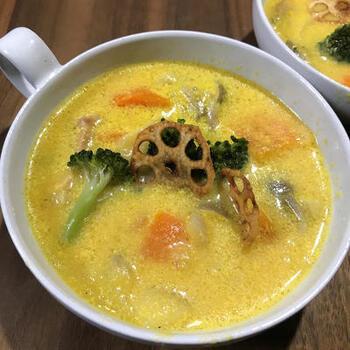 スープに具材を加えてシチューにしてしまうアイディアもおすすめ♪写真は人参スープですが、かぼちゃスープでも同じようにアレンジ可能。ブロッコリーや人参など、ごろごろ野菜を加えて。フライドレンコンなどのトッピングを施せば、とってもおしゃれなメニューになります♪