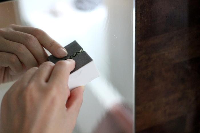 まるで消しゴムのような小さなサイズですが、プロが使用するような本格的な研磨シートが使われています。 人工ダイヤモンド入りなので、水垢の落ち具合が違うとのこと。 あれこれ洗剤を使い分けるより、手早く簡単にきれいに。