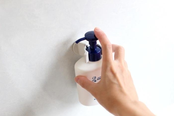 このようにポンプタイプのアイテムをセットすれば、洗面台やシンク周りもすっきり。 裏面は粘着テープなので、いろいろな場所に貼り付けられます。 ドアにセットして傘を収納したり、ワンキャッチ2個で突っ張り棒を挟み、簡易バーを作ったり。 持っておくと便利なアイテムです。