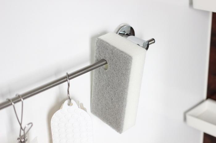 お風呂場のバーにそのまま掛けられるよう、穴が開いた形状。 バススポンジは大きなものが多いですが、こちらは手に握りやすいほどよいサイズ。 キメの細かなスポンジでスタンダードな使い心地。やさしいグレーでナチュラルなバスルームにも置きやすいですね。