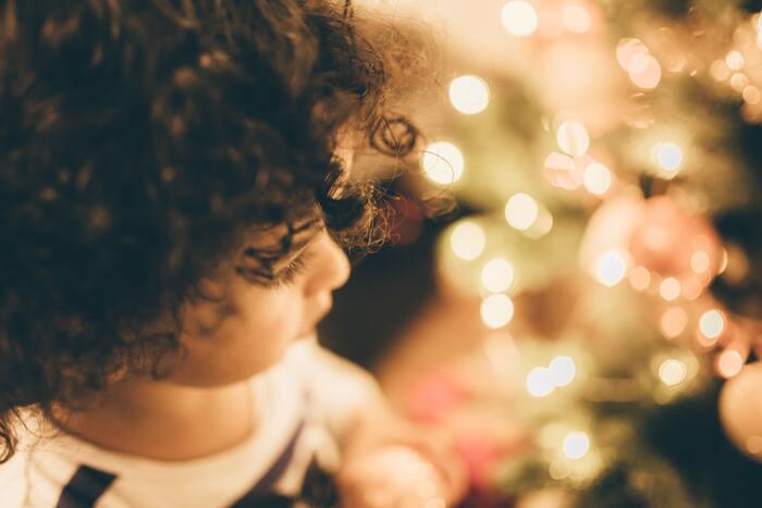 クリスマス・イヴのニューヨーク、仕事と母親の看病の日々で自分のことは後回しのローズ、ニーナは婚約者のマイクの嫉妬と束縛に悩んでいた。カフェの店員アーティは店に来たマイクに変な行動をして――。