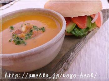 朝ごはんやランチなど軽い食事なら、かぼちゃスープとサンドイッチのコンビがおすすめ。2品だけでもリッチな気分に♪こちらは、スモークサーモンとアボカドのベーグルサンドイッチです。お好みのサンドイッチとかぼちゃスープの相性を見つけてみましょう。
