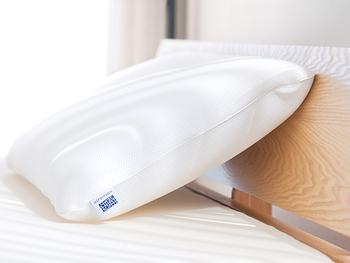 高性能なマットレスが人気の【エアウィーヴ】にも、こだわりの枕があります。こちらは両サイドが硬めに作られている「エアウィーヴ ピロー Sライン」。横向きになった時も自然な姿勢を維持できます。