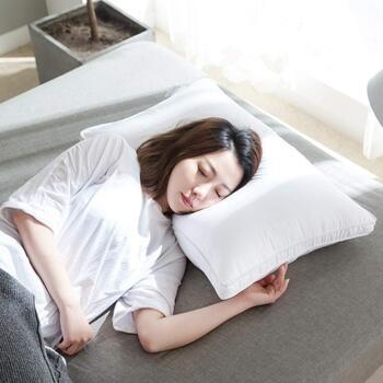 やわらかすぎず硬すぎない、中間くらいのフィット感を求めるなら、ポリエステルわたの枕がちょうどいいかもしれません。ポリエステルは丸洗いできる物が多いので、清潔感も保てますよ。
