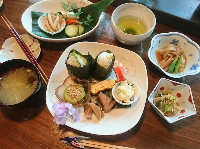 山菜天むす定食は、定食の中でも一番リーズナブル。おにぎりに山菜の天ぷらが入っていて、山菜の素朴な味わいが感じられます。おかずもちょこちょこ付いてバランスも◎