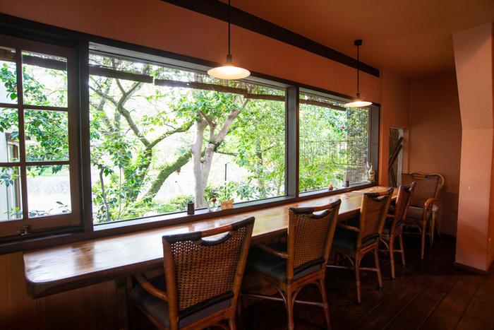 窓際にはカウンター席があり、緑を眺めながら料理をいただけます。天気のいい日は、テラス席も気持ちよく過ごせますよ。